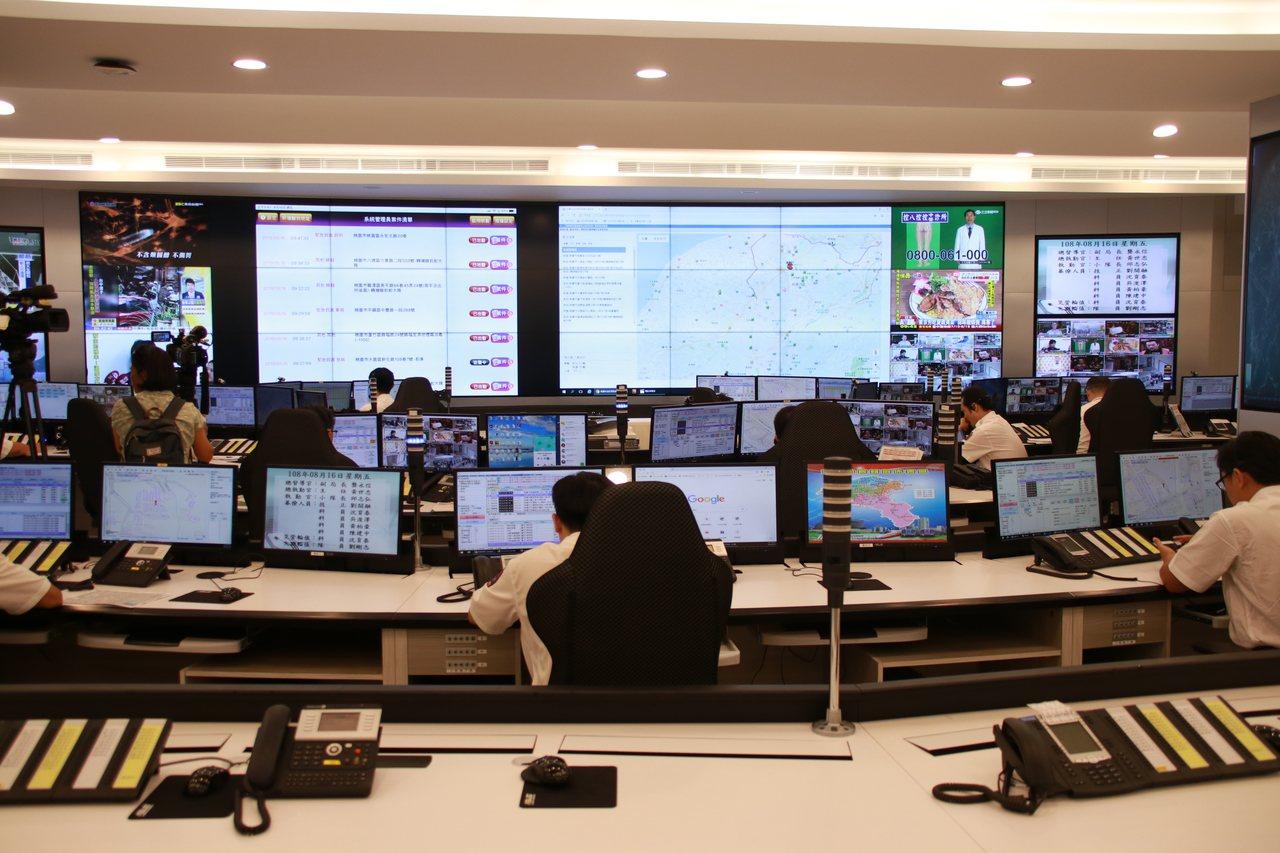 5樓救災救護指揮中心受理全桃園市119報案電話,指揮調派遣席次提升至25席。記者...