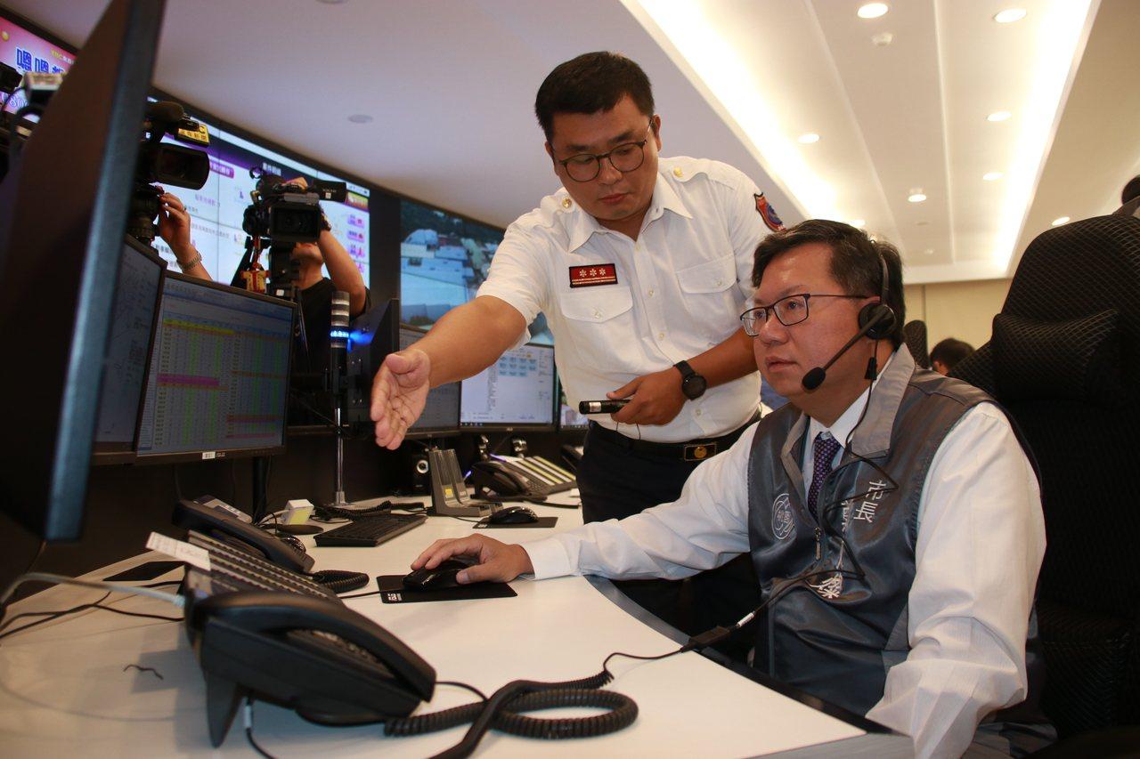 鄭文燦(右)體驗救災救護指揮中心。記者曾健祐/攝影