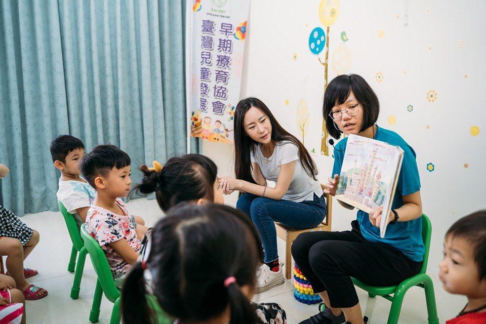 安晨妤為早療協會合作,宣傳文字流露對兒女分離兩地的思念。圖/摘自臉書