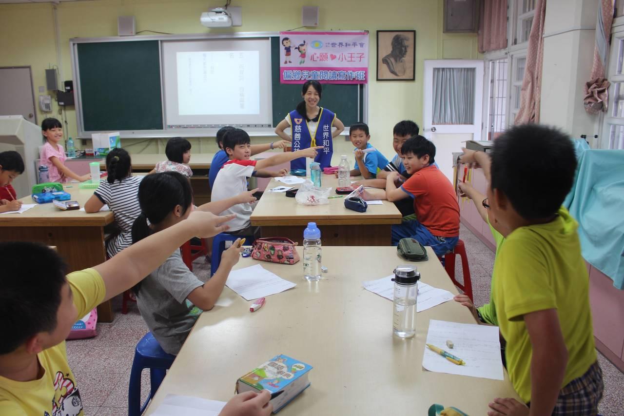 閱讀寫作班的孩子踴躍發言,表達自己的想法。圖/世界和平會提供