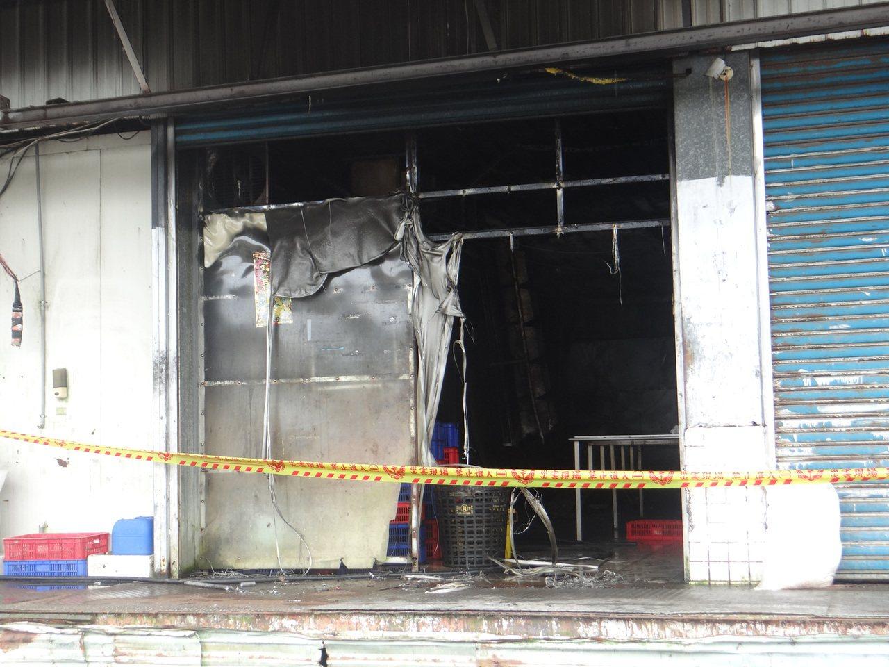 雲林肉品市場的分切廠起火,廠房設備被燒得焦黑。記者蔡維斌/攝影