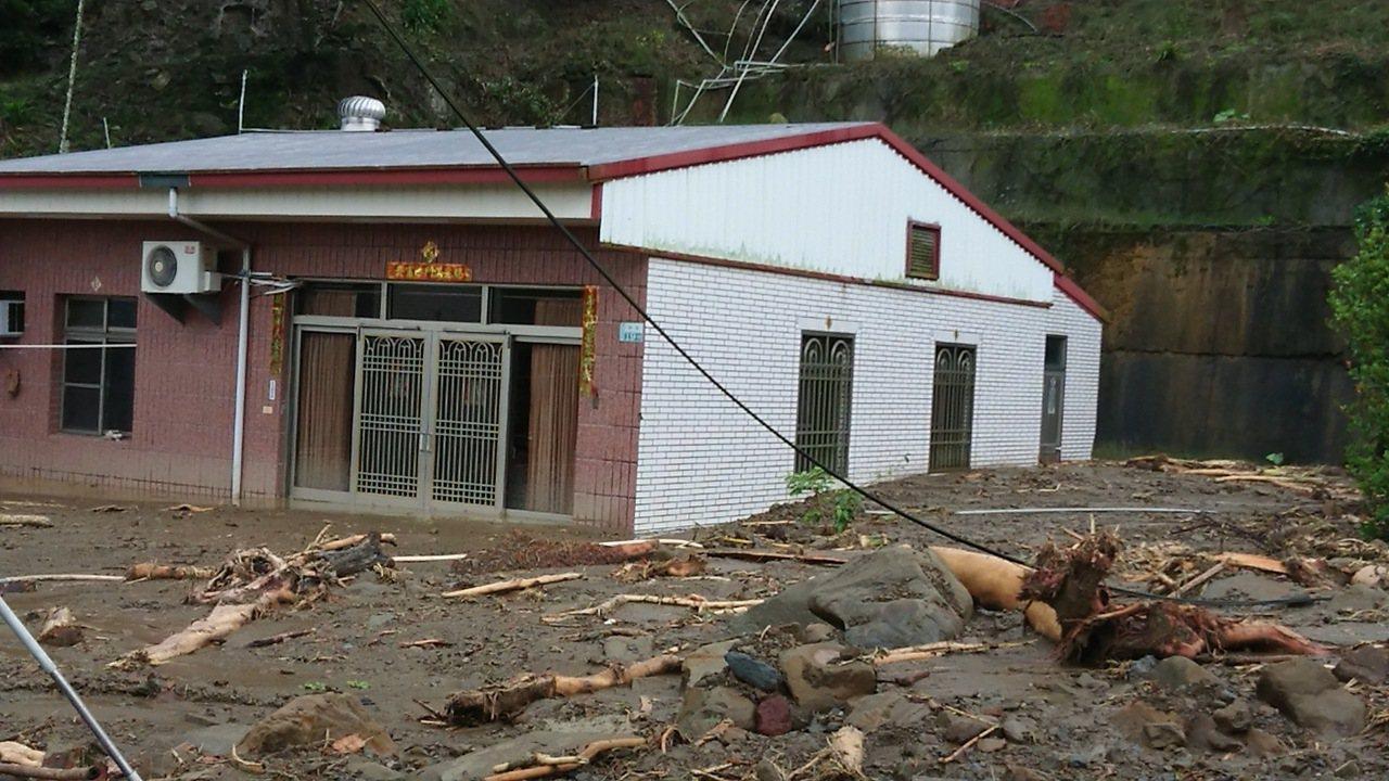 陳姓住宅後方被土石淹沒約1公尺高。記者卜敏正/攝影