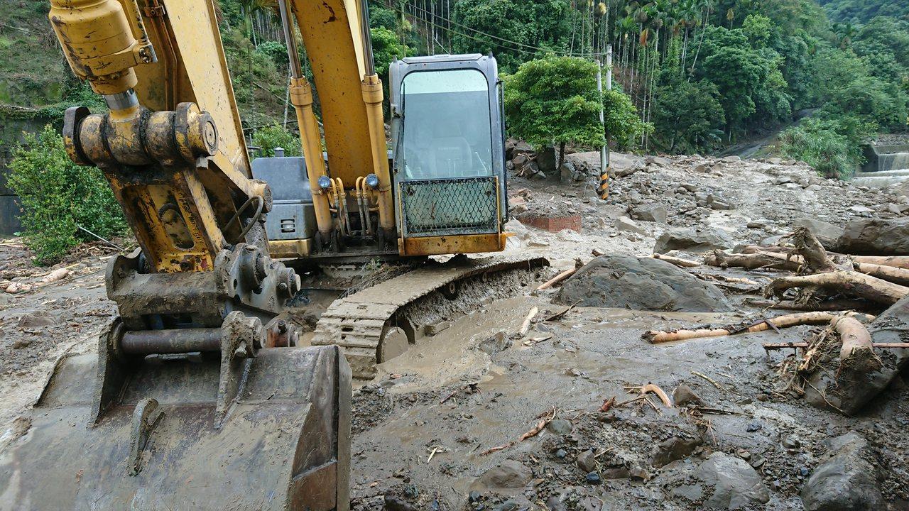 停在住家旁的挖土機 也被土石流淹到履帶上層。記者卜敏正/攝影
