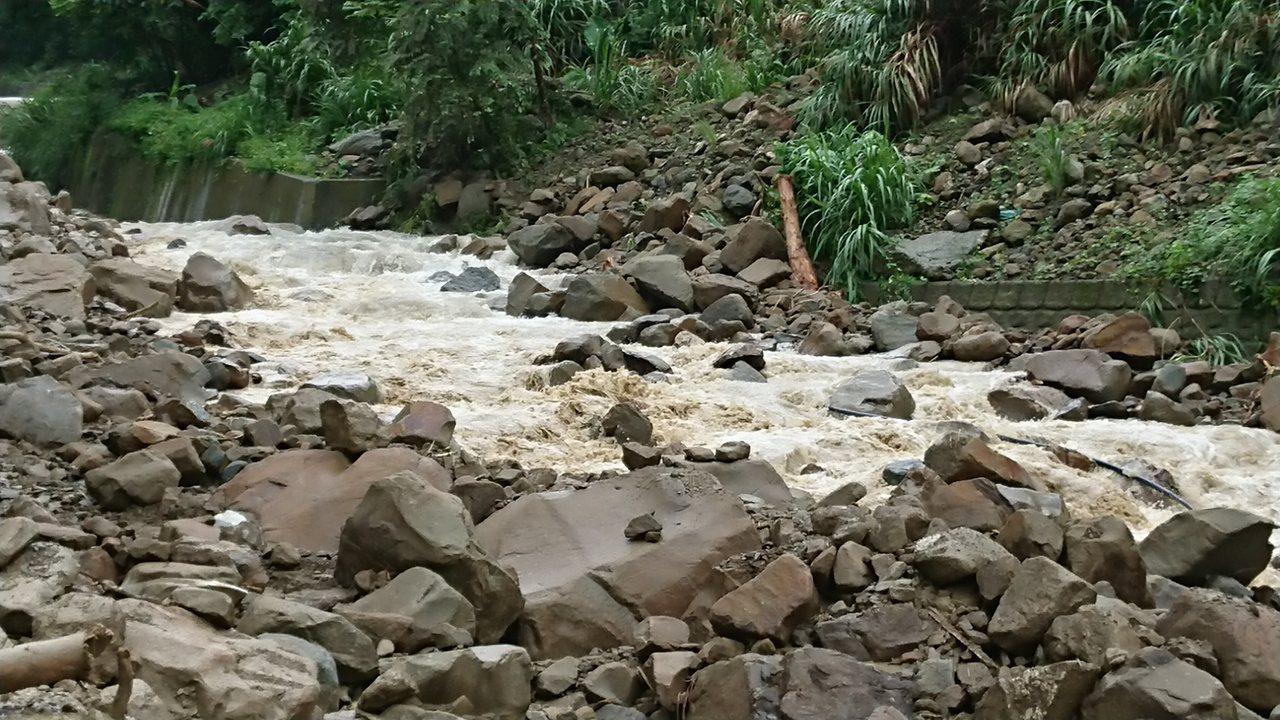 林姓住家旁溪流湧出大批土石流。記者卜敏正/攝影