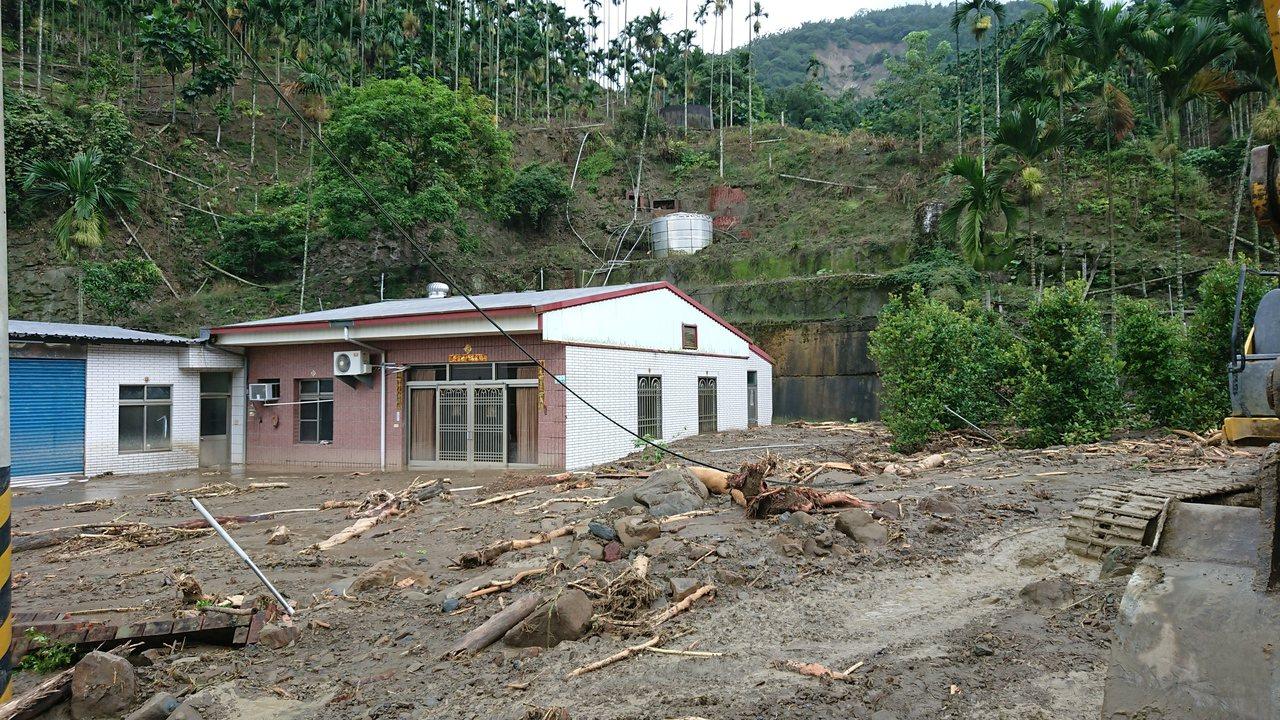 中埔鄉中崙村陳姓住宅後方,被土石淹沒約1公尺高。記者卜敏正/攝影