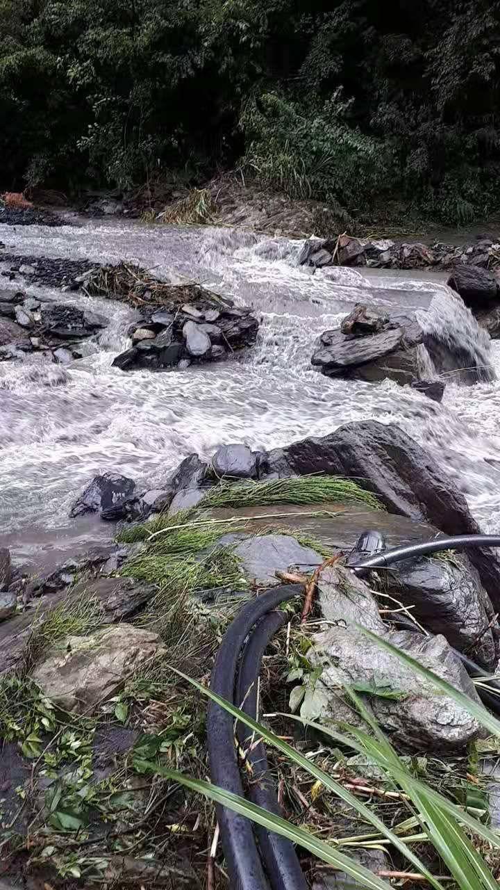 利奇馬颱風帶來的雨勢,10天前造成通往仁愛鄉紅香部落的產業道路橋梁被沖斷。圖/居...