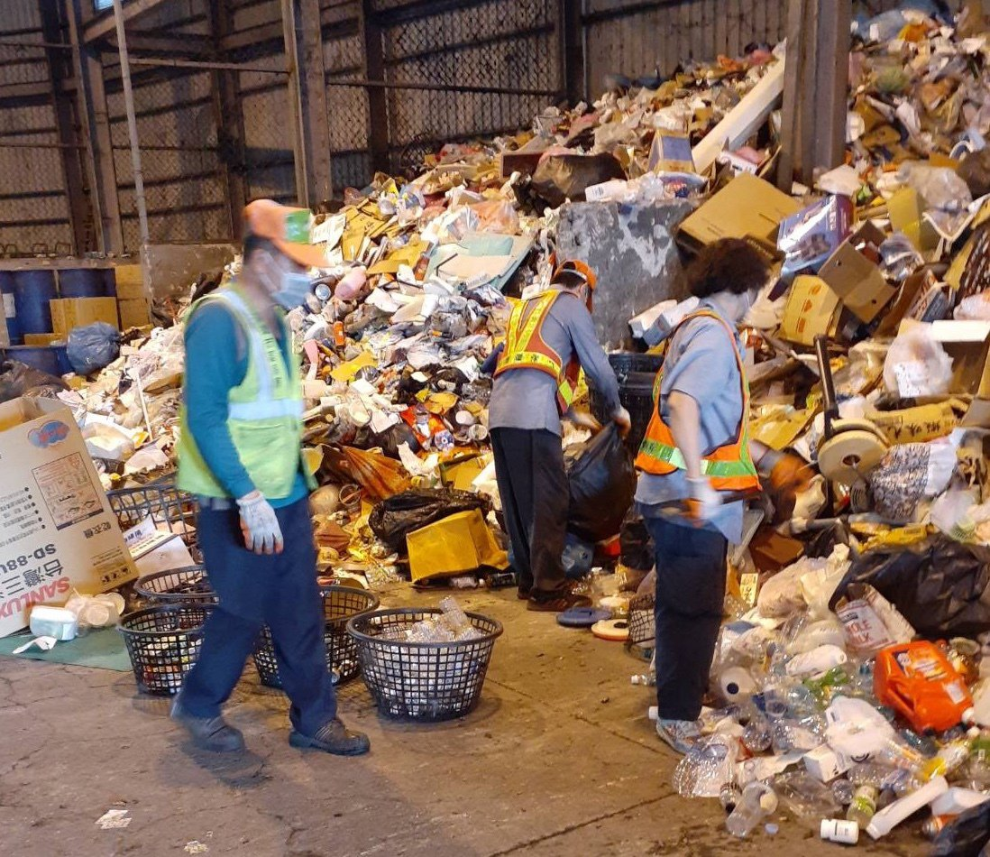 高雄市清潔隊員工作非常辛苦,將資源垃圾回收細分。圖/高雄市環保局提供