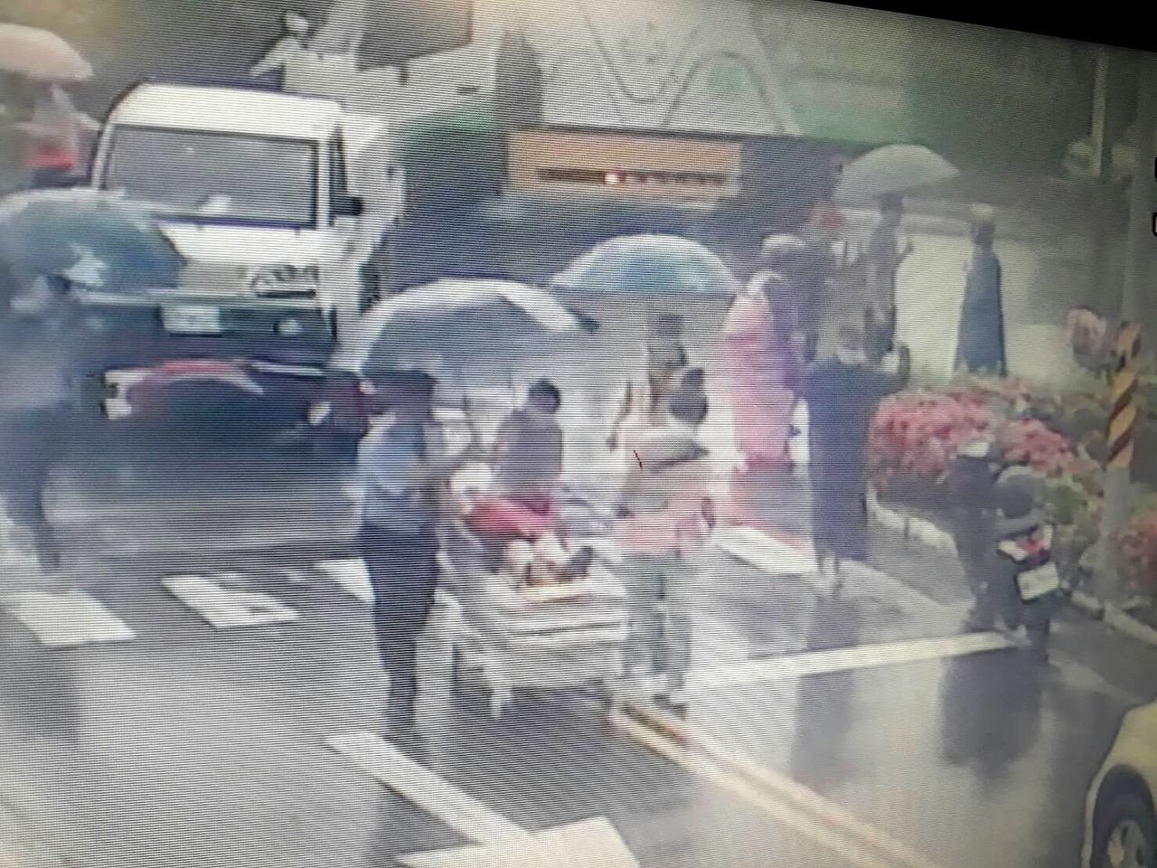 現場熱心民眾與醫院保全沿路協助撐傘,一起護送護理人員與受傷婦人到安南醫院急診室。...