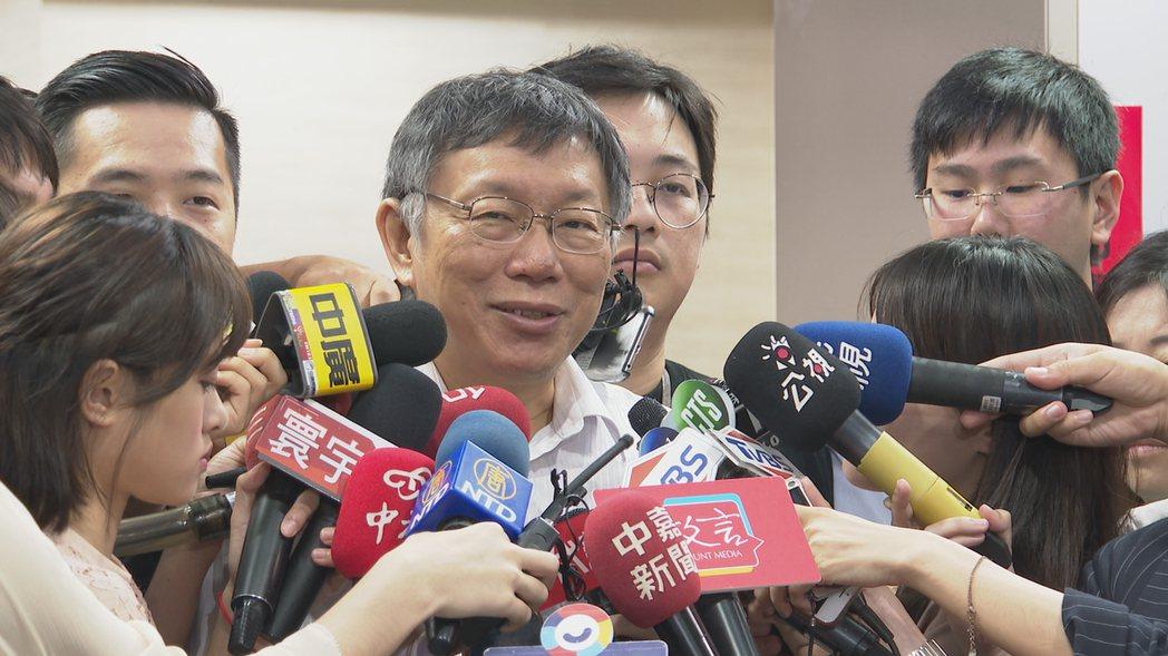 台北市長柯文哲上午接受媒體聯訪時談及「郭柯王」合作,柯文哲表示「人家都說順其自然...