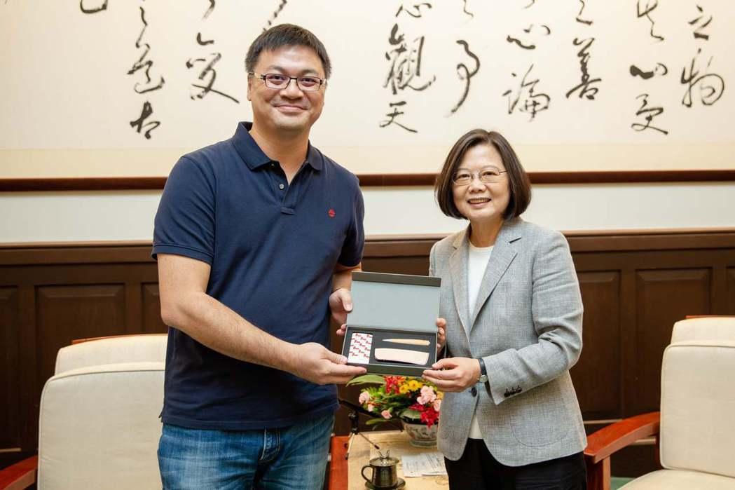 TiEA理事長陳建弘(左)率業界代表,拜會總統蔡英文。圖/TiEA提供