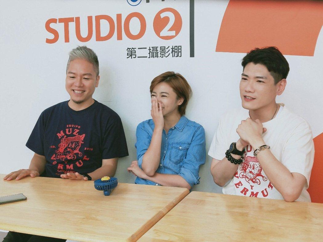 王瞳擔任「娛樂超skr」節目首集大來賓,接受主持人阿甘(左)、小路拷問。圖/民視...