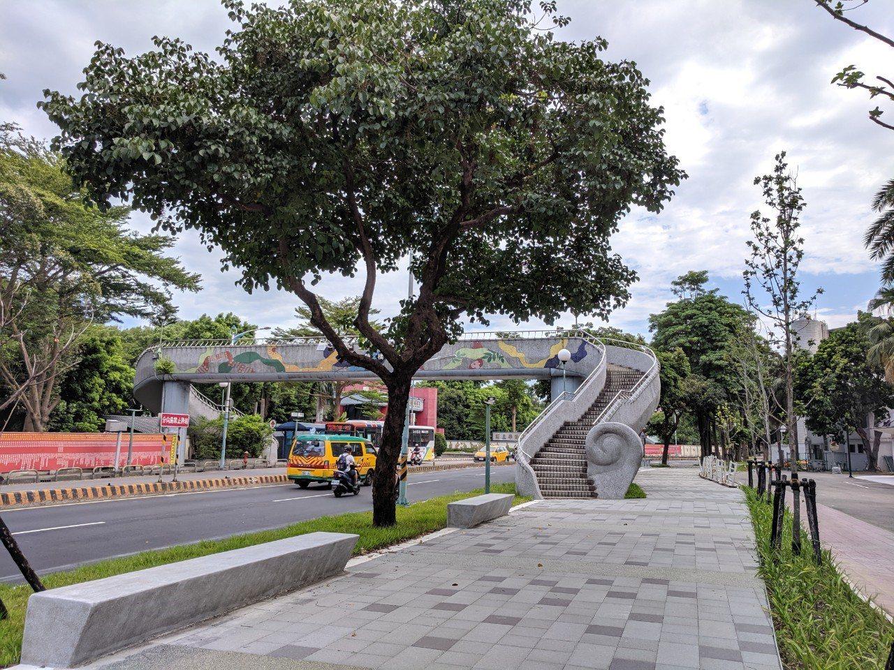 城鄉局表示,8月17日起開放全區人行步道,民眾走在大觀路上不再與車爭道,大幅改善...