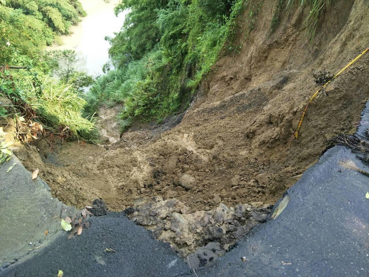 六甲山區多處土石滑落,交通受阻。記者謝進盛/翻攝