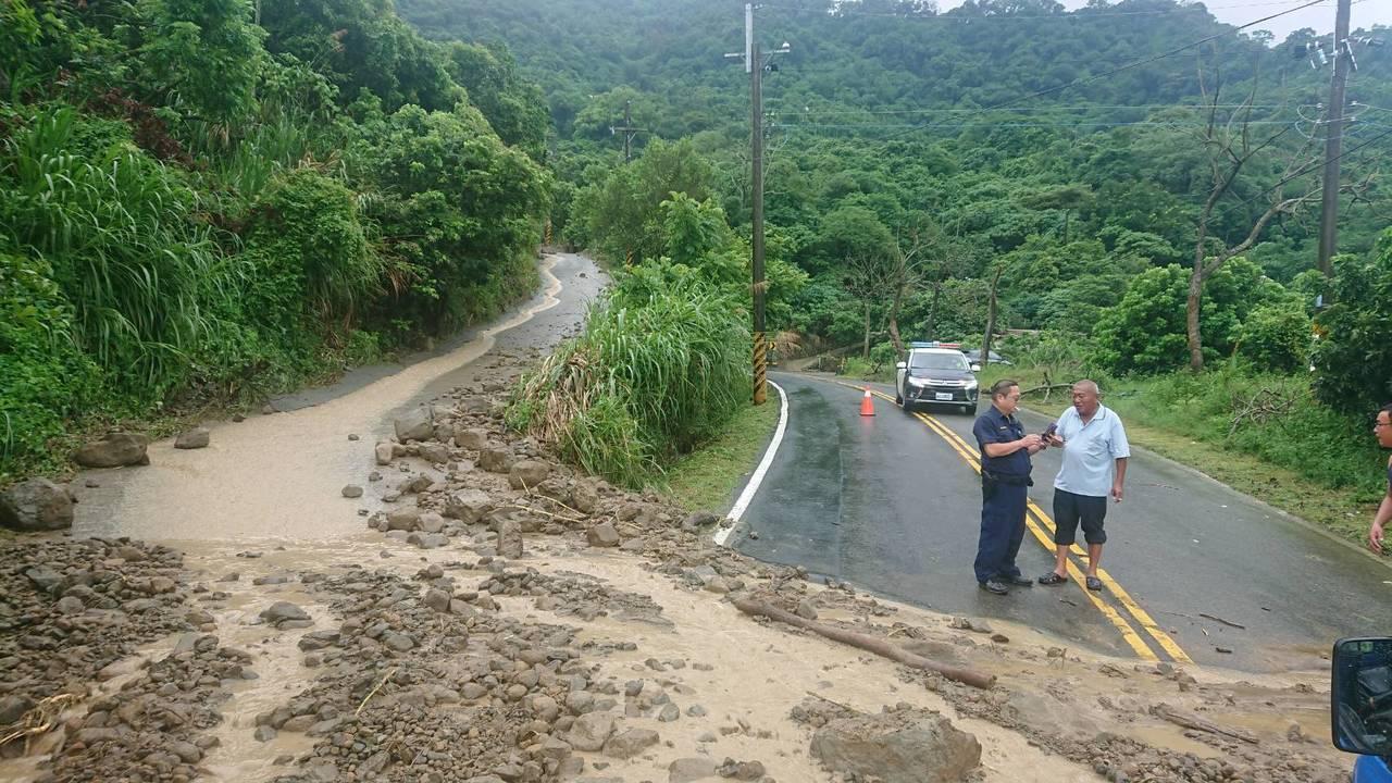 台南六甲山區市道 175線傳土石流,往來六甲楠西交通受阻,麻豆警分局到場警戒。圖...