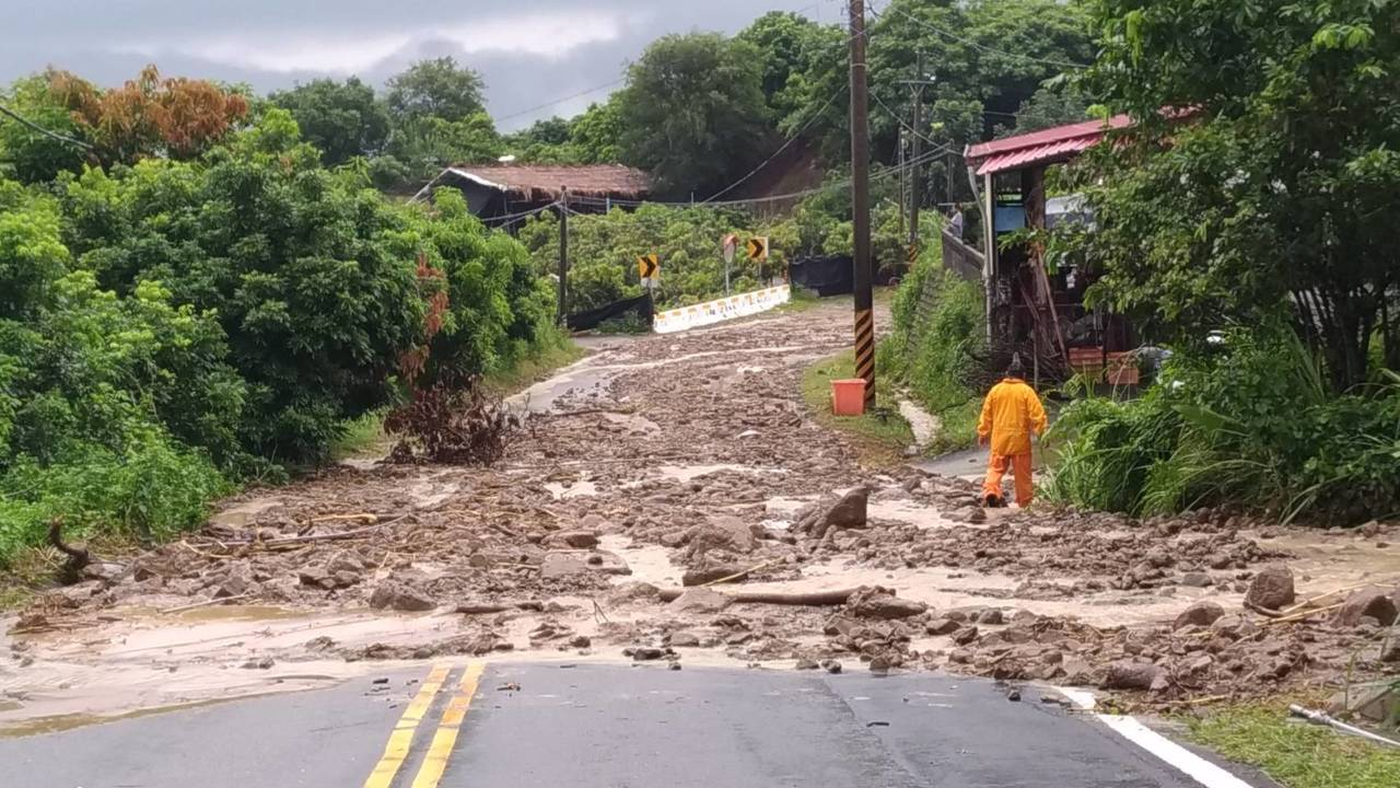 台南六甲山區市道 175線傳土石流,往來六甲楠西交通受阻。記者謝進盛/翻攝
