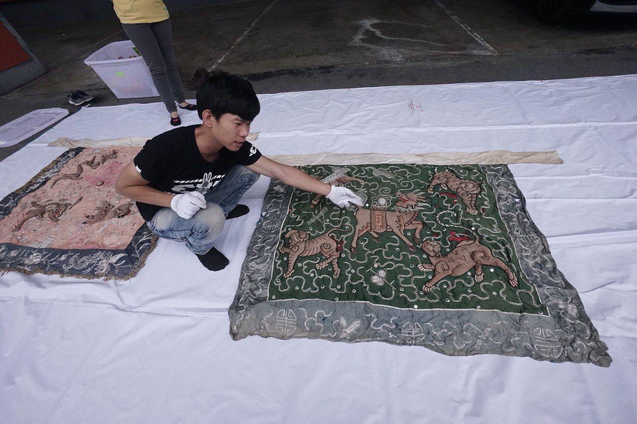 花蓮文化局最近獲花蓮市公所捐贈一批珍貴的北管手工繡旗。記者王燕華/攝影