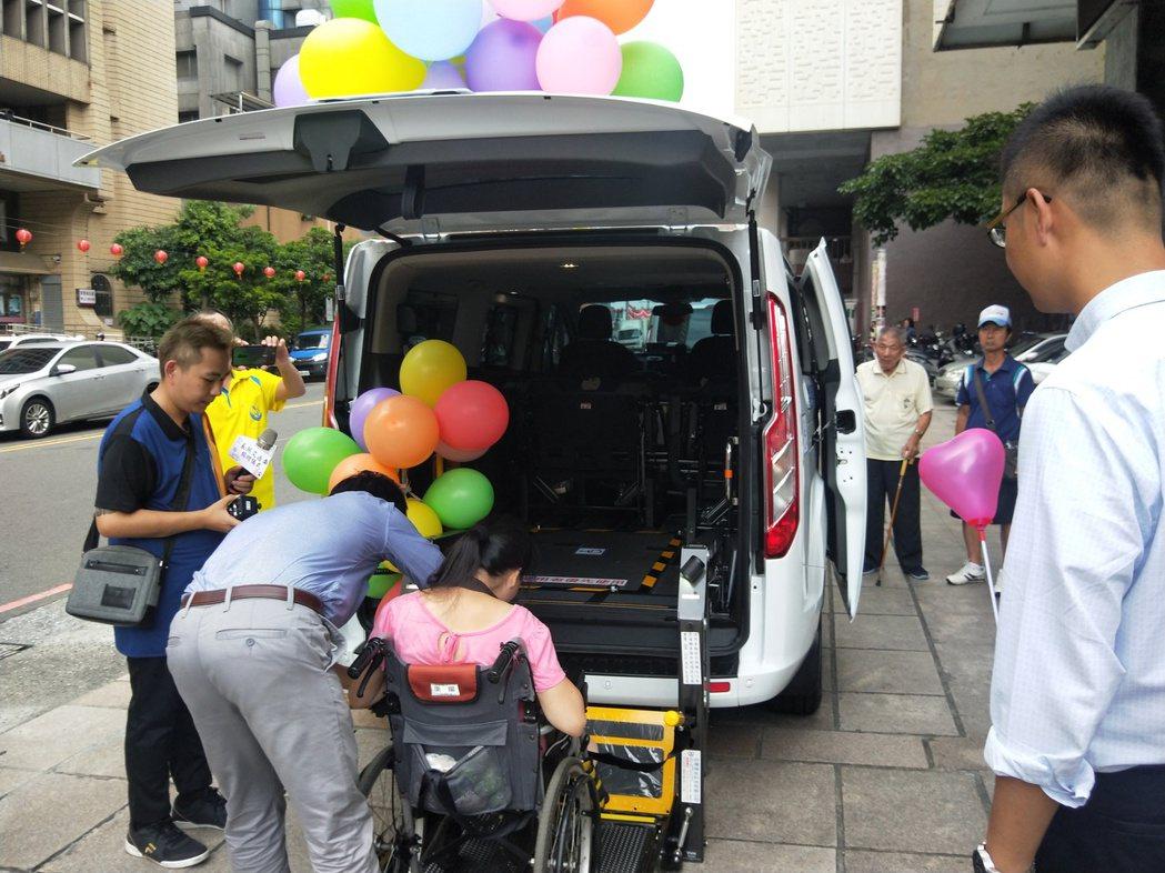 基隆市江姓三姊妹今天捐贈一輛價值180多萬元的長照專車給市府。記者游明煌/攝影