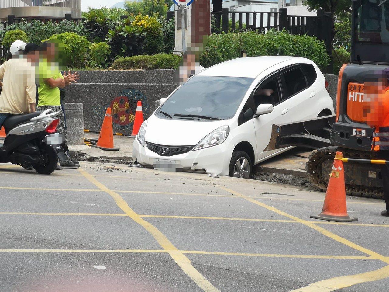 目擊民眾拍下車輛掉入溝內的畫面,不少民眾都覺得不可思議。圖/翻攝自地方臉書社團