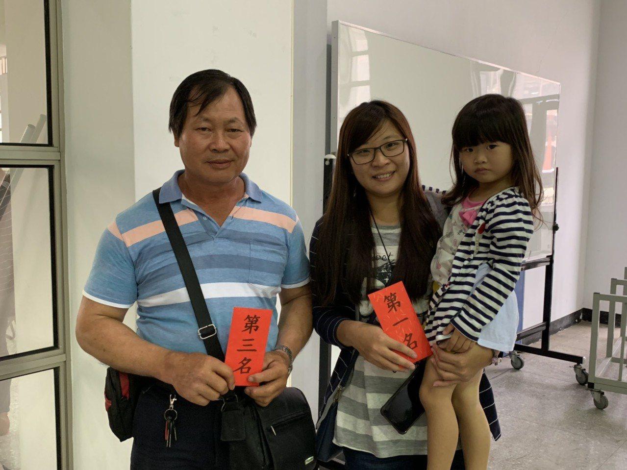 新竹縣竹北市農會今天舉辦稻米達人冠軍賽,獲得第3名的李金堂(左)及他的媳婦代第1...