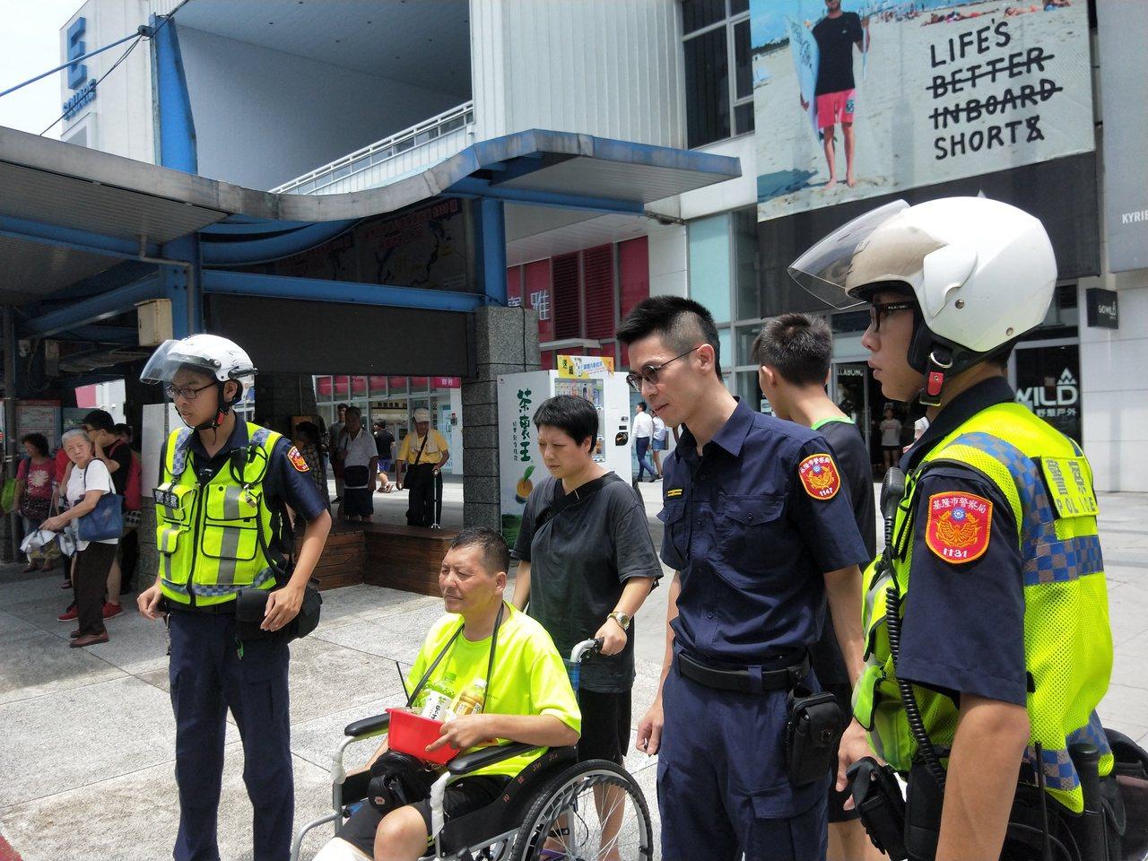 黃姓身障街頭藝人今天中午被搶,警方趕至處理,16分鐘後破案。記者游明煌/攝影