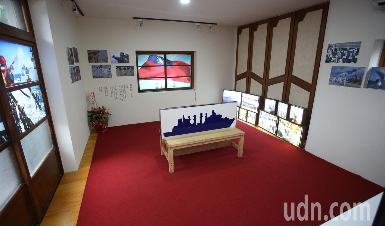 「紀念九二海戰61周年攝影特展」在充滿懷舊氛圍的眷村房舍內展出精彩作品,讓參觀民...
