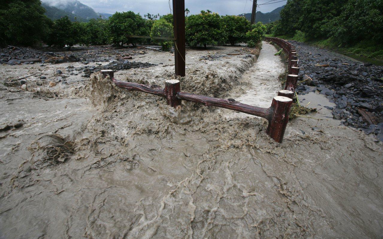 台27線六龜大津路段出現土石泥流阻斷交通。記者劉學聖/攝影