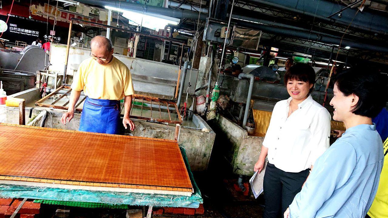 文化部長鄭麗君訪埔里廣興紙寮讚嘆近百年傳統造紙工藝,驚嘆台灣就有高品質手工紙。記...