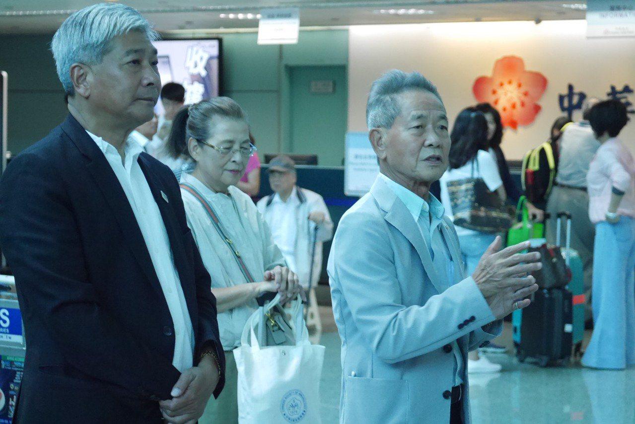 中華田徑協會理事長葉政彥(右)在桃園機場為中華隊打氣。圖/中華田徑協會提供