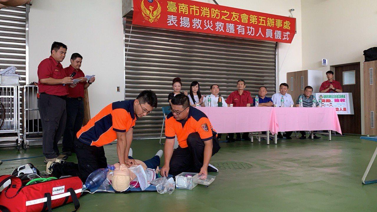 消防救護員示範正確CPR及AED操作。圖/五大隊提供