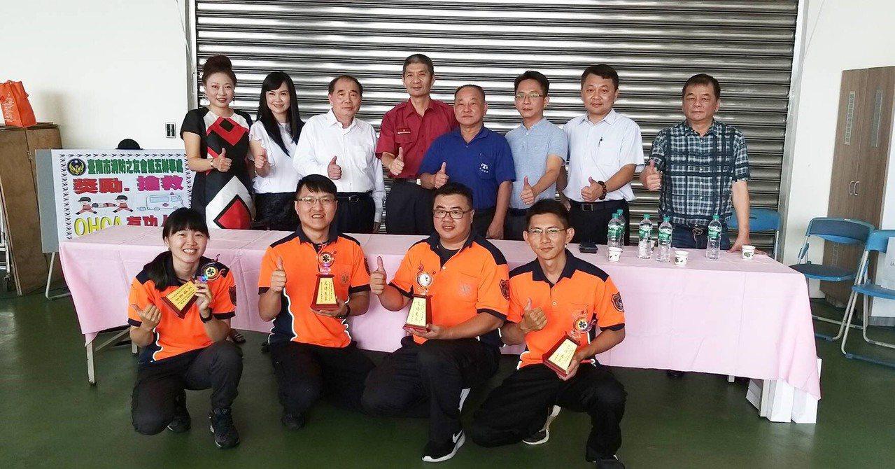 救護員卓佳瑩(左起)、李俊賢、邱典軍、林威男成功救回無呼吸心跳患者,今獲消防之友...
