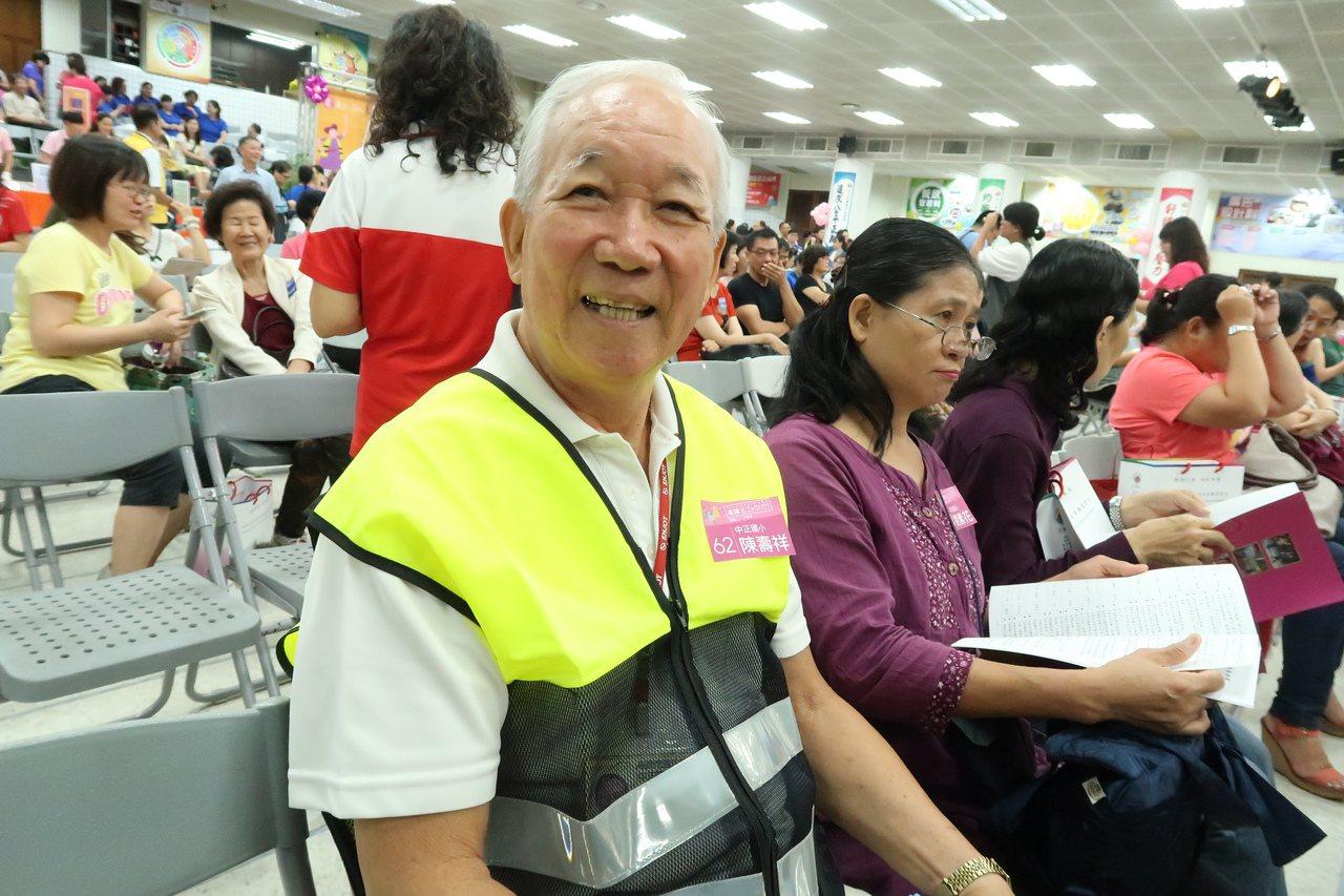 83歲的鳳山區中正國小志工陳壽祥,將每學期導護志工誤餐費全數捐給學校教育儲蓄戶,...