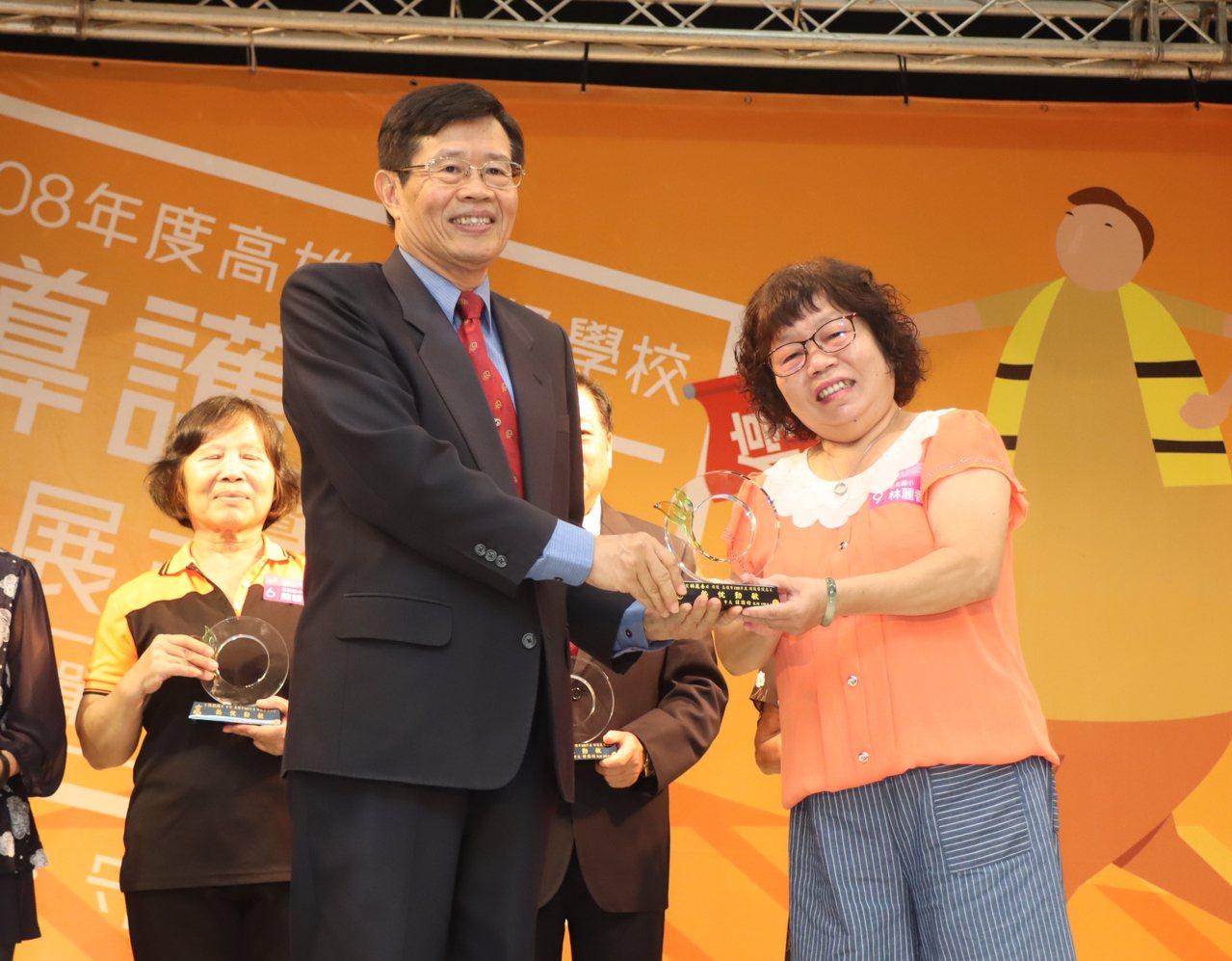 高雄市府祕書長楊明州(左)頒獎表揚優秀導護志工。記者徐如宜/攝影