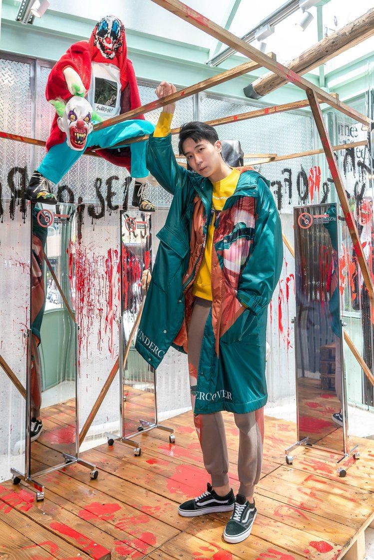 VALENTINO x UNDERCOVER橘色人影綠底連帽外套,售價96,28...