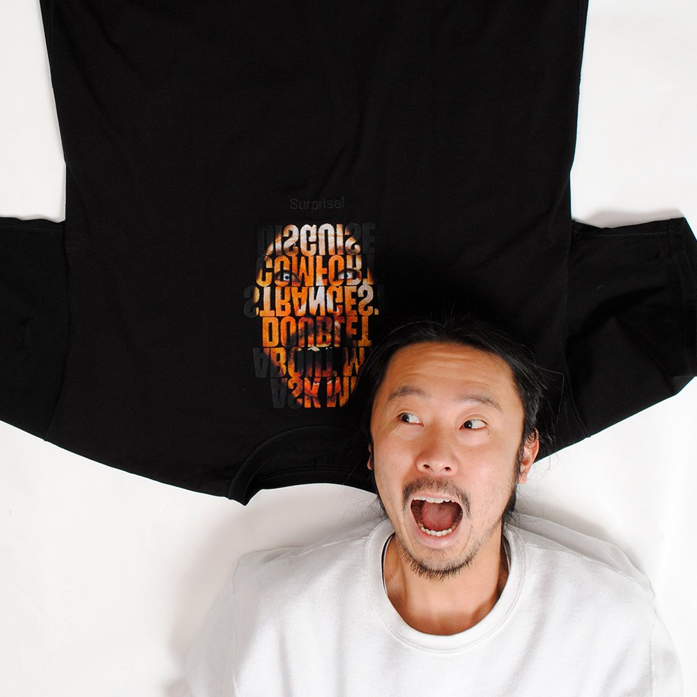 doublet顛倒INO刺繡黑色T恤的反穿內裡,人臉圖騰來自設計師井野將之本人,...