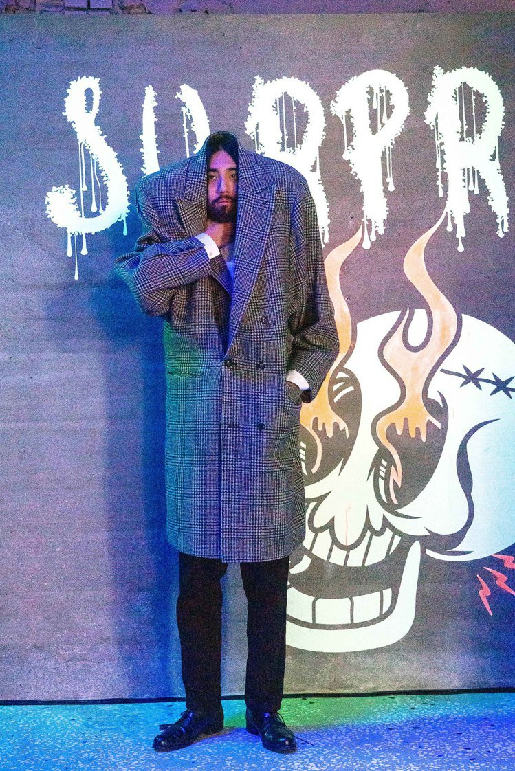 doublet「無頭人」剪裁的復古寬版、超高墊肩羊毛大衣,售價69,180元。圖...