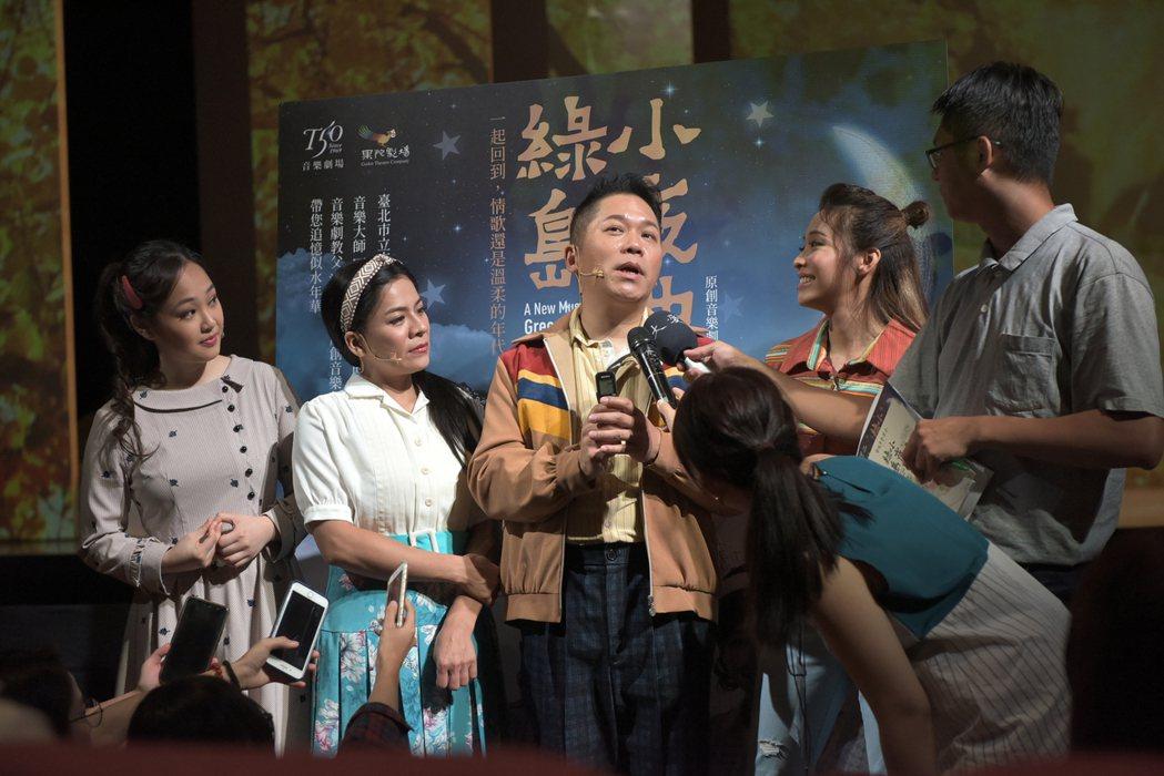 袁詠琳(右起)、卜學亮、江美琪演出「綠島小夜曲」,暢聊首演前心情。圖/果陀提供