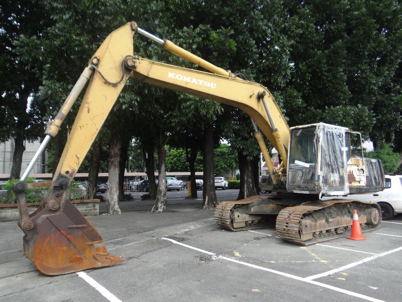這輛大型挖土機第一次拍賣流標,雲林地檢署將於本月22日進行二度拍賣,將主動降價2...