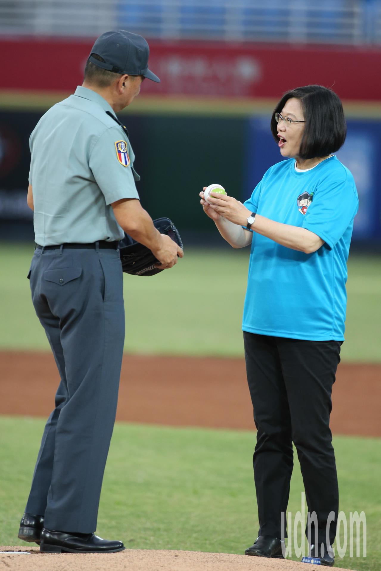 蔡英文總統(右)今天出席軍人節系列活動「鋼鐵英雄紅不讓」職棒開球活動,並將球交給...