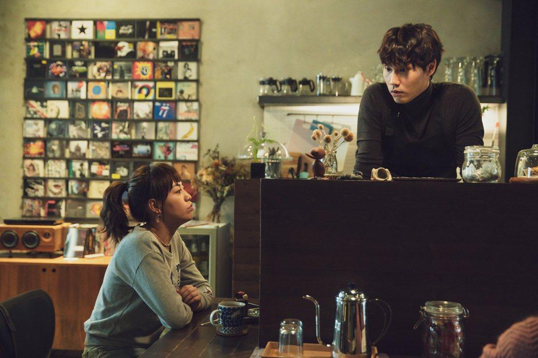 焦曼婷(左)與周定緯在「靈異街11號」中有感情戲。圖/LINE TV提供