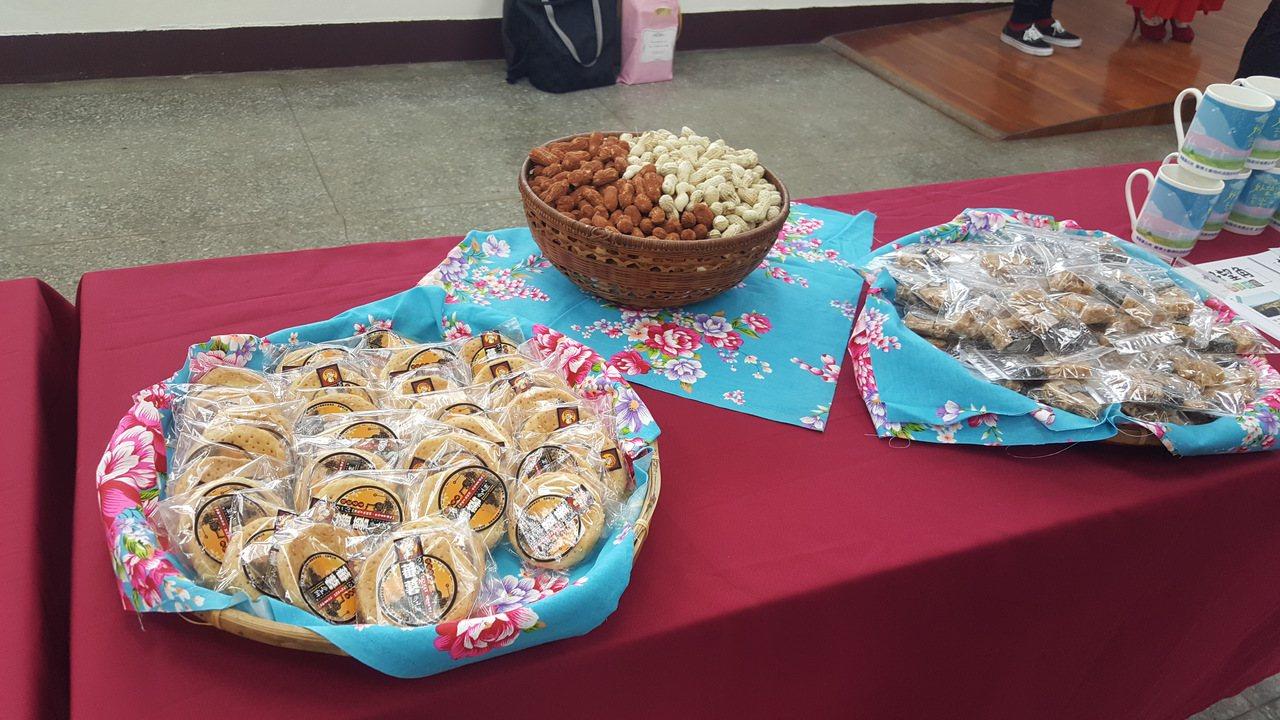 後龍鎮公所行銷後龍在地伴手禮及農特產,音樂會現場將準備花生糖、地瓜餅及黑豆茶飲品...
