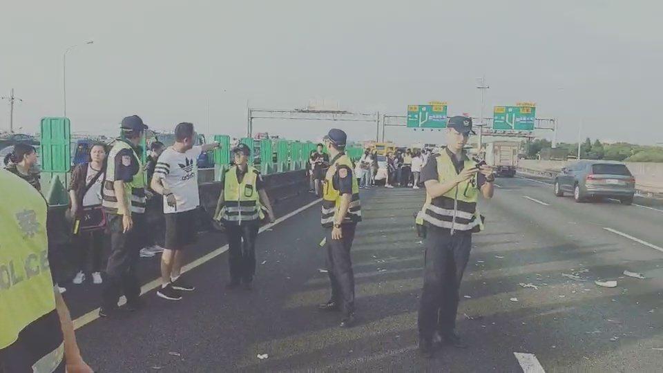 桃園市永平工商校車,不慎追撞前方大貨車,受輕傷及驚嚇學生,暫在路旁陸續搭救護車就...