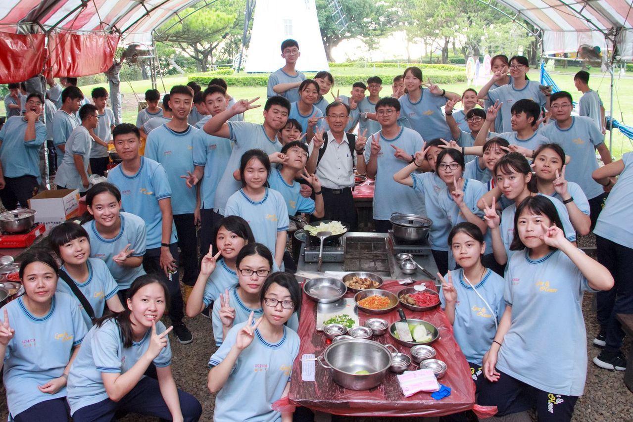 桃園市六和高中高二生公民訓練營隊,安排受學生歡迎的野炊活動。記者張弘昌/攝影