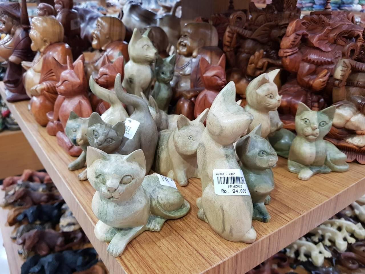 模樣可愛的木雕,也是許多人愛買的峇里島紀念品。記者陳睿中/攝影