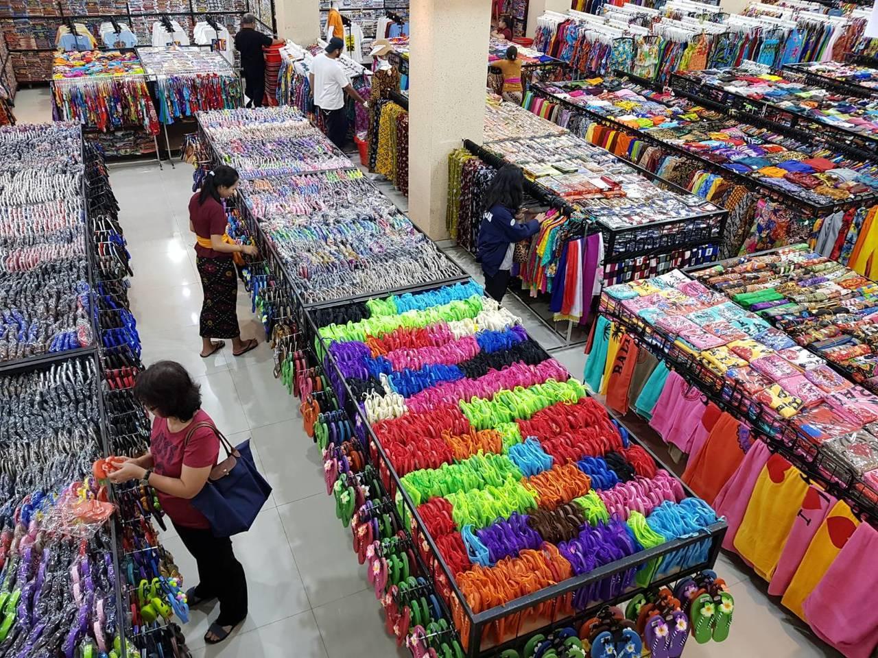 色彩繽紛的花布、花褲、T恤都買得到。記者陳睿中/攝影