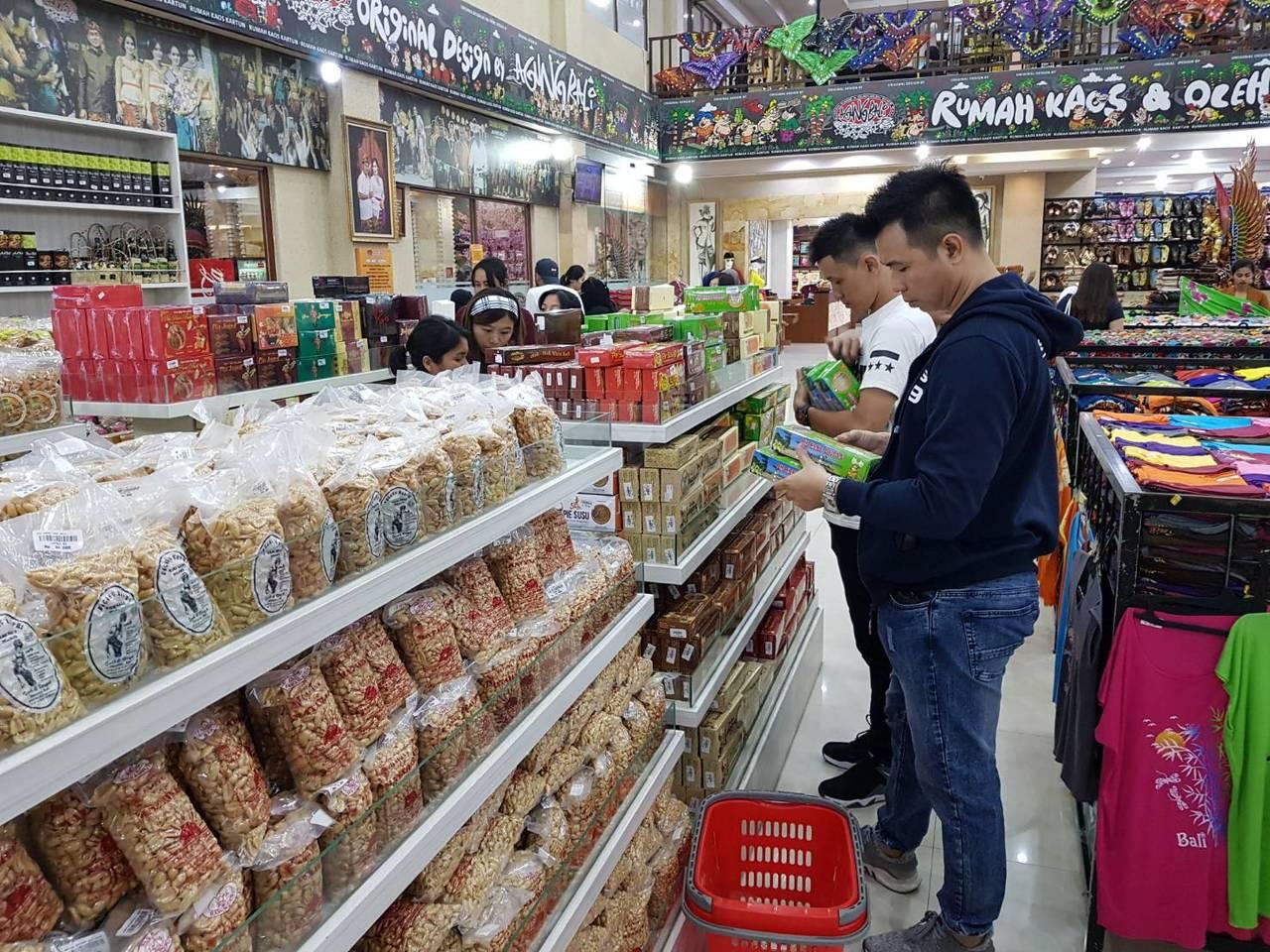 Agung Bali Oleh Oleh也販售有餅乾、堅果。記者陳睿中/攝影