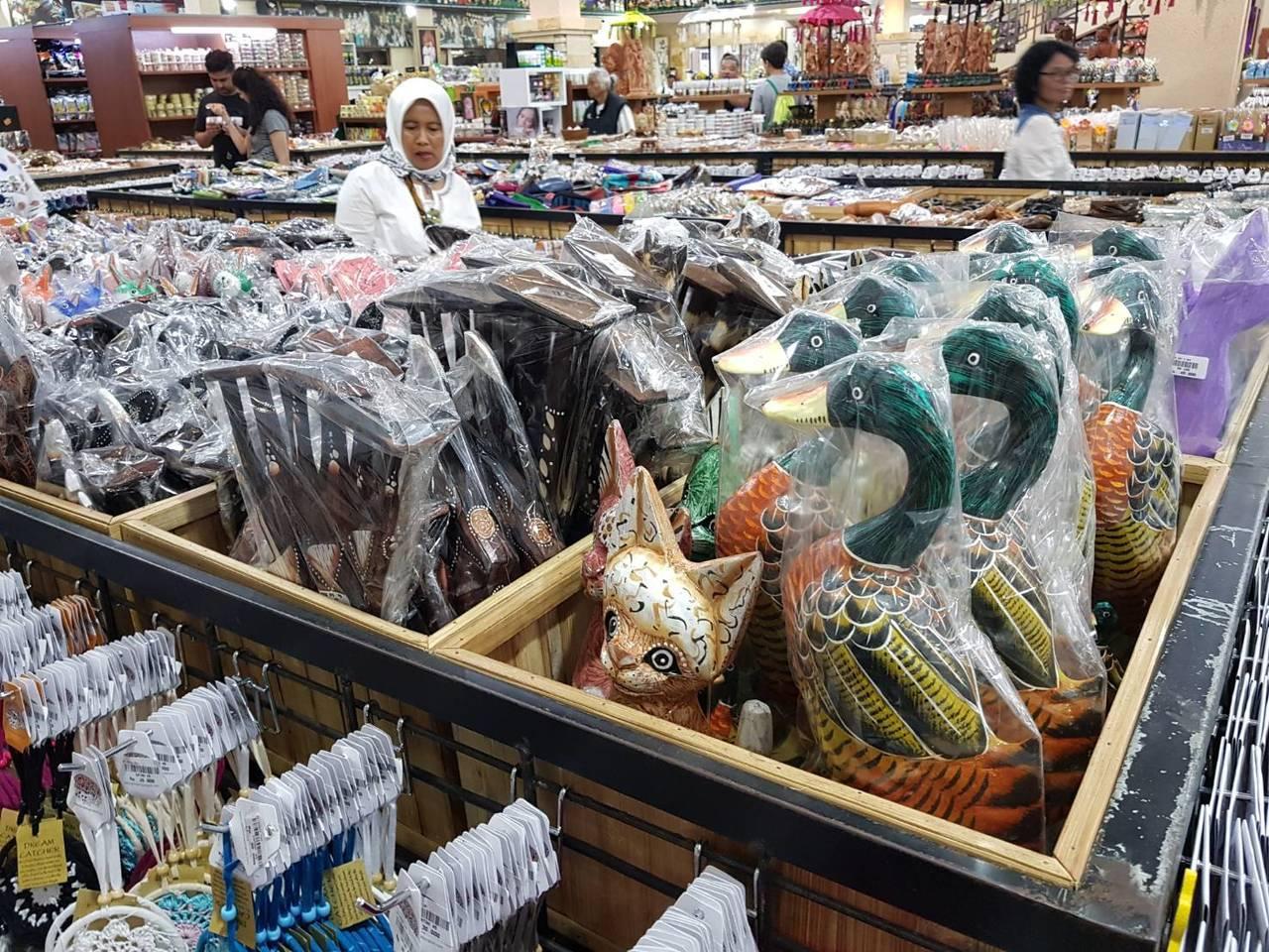 賣場內常可見到當地人前來挑選商品。記者陳睿中/攝影