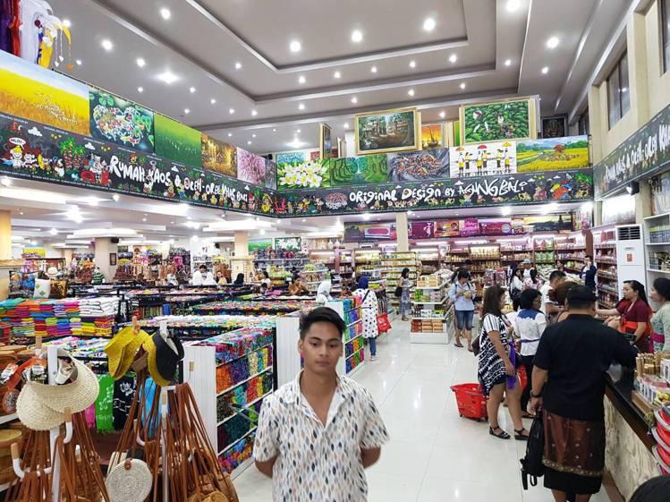 Agung Bali Oleh Oleh的環境明亮乾淨,顧客多以當地居民為主。記...