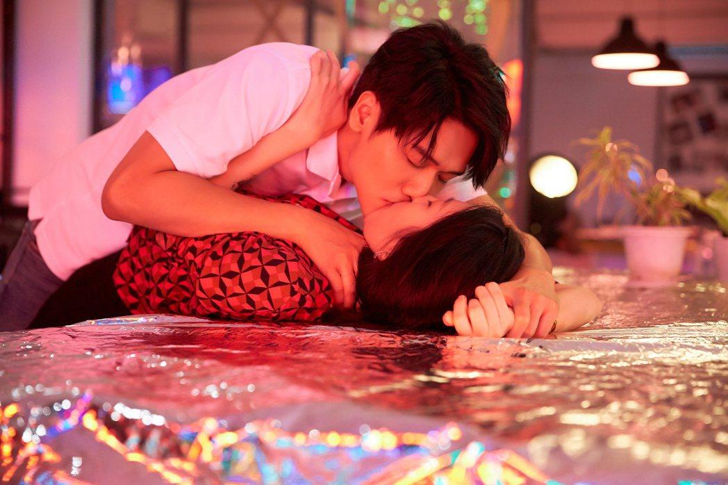 蔡旻佑顛覆以往乖乖牌形象,MV與女友在辦公桌纏綿激吻大尺度。圖/何樂音樂