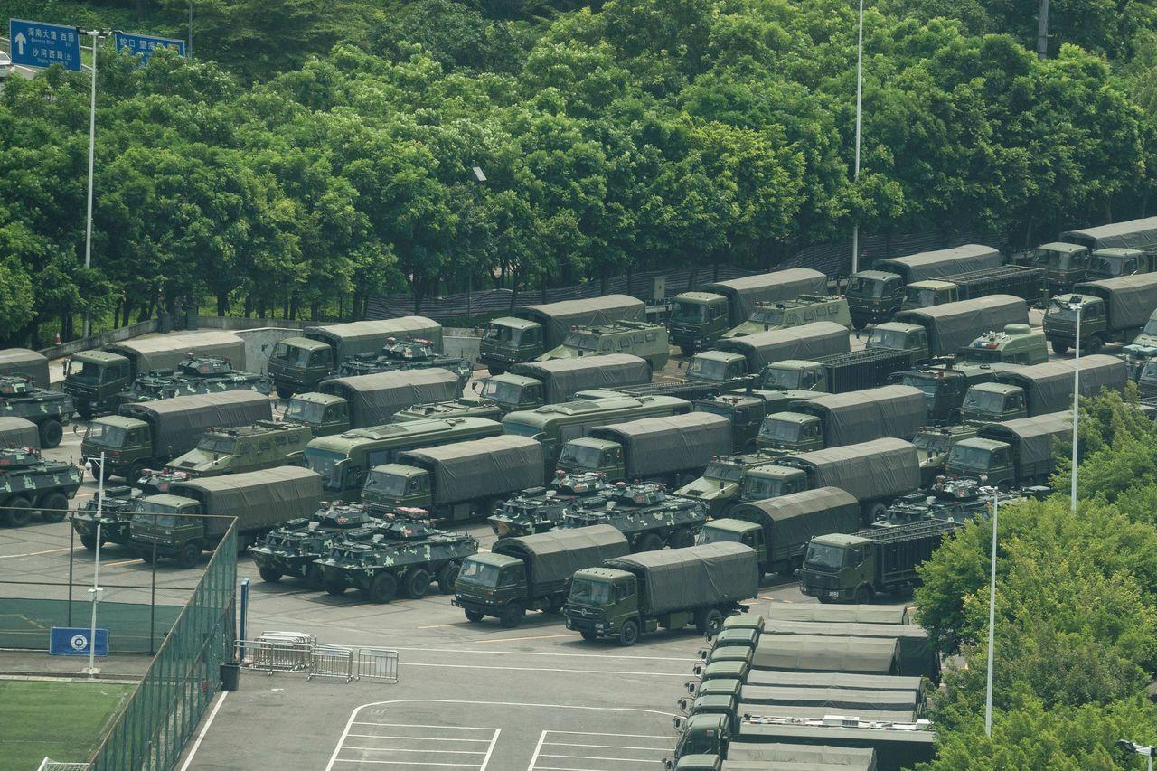 數千名中國武警昨在鄰近香港的深圳灣春繭體育館內操練,體育館外停有數十輛卡車和裝甲...