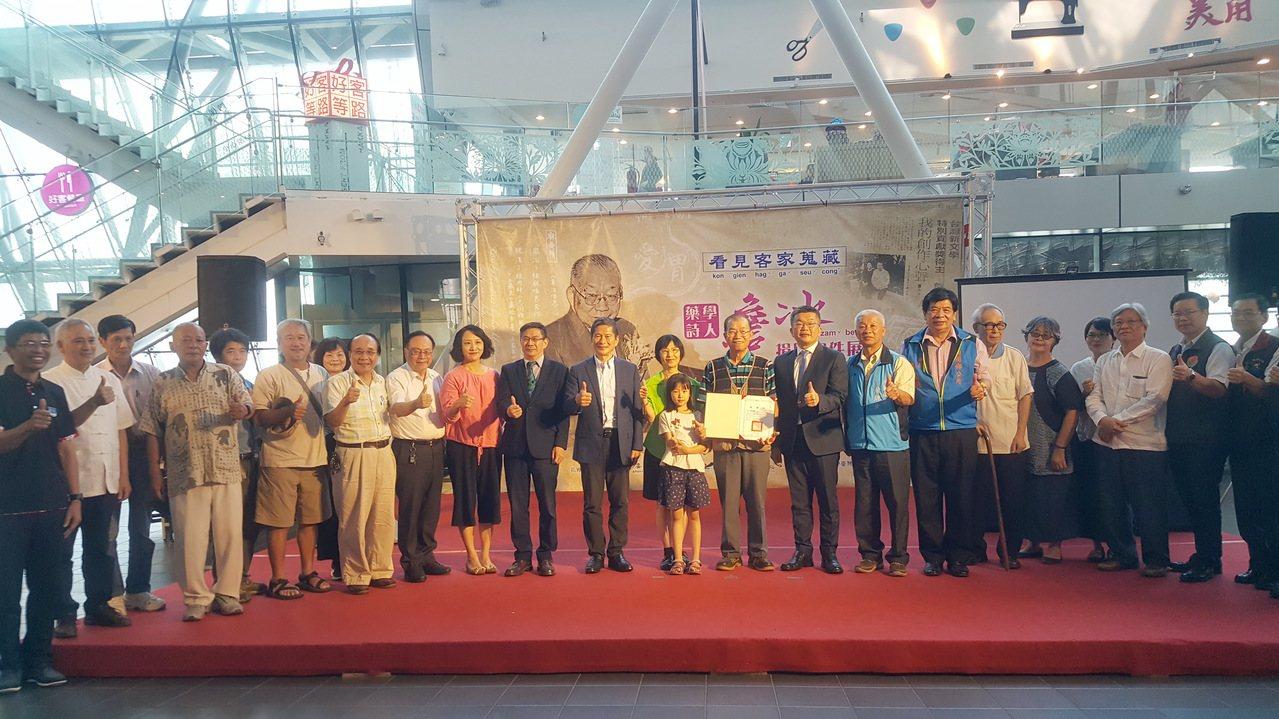 客發中心下午舉辦「藥學詩人─詹冰物件捐贈展」,同時舉行感謝儀式。記者胡蓬生/攝影
